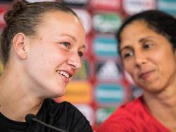 Almuth Schult (li.) steht beim den DFB-Damen im Tor