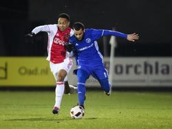 Een verbeten Kenny Tete (l.) vecht een stevig duel uit met Soufyan Ahannach (r.) tijdens Jong Ajax - Almere City. (30-01-2017)