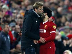 Jürgen Klopp mit seinem Toptorjäger Mohamed Salah (r.)