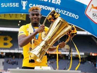 Kasim Nuhu mit dem Schweizer Meisterpokal