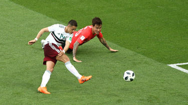 'Chicharito' anota con la derecha tras una gran contra. (Foto: Getty)