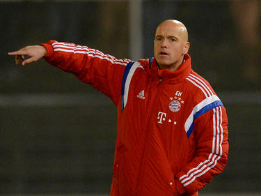 Trainer Erik ten Hag van FC Bayern München II geeft aanwijzingen aan zijn spelers. (02-11-2014)