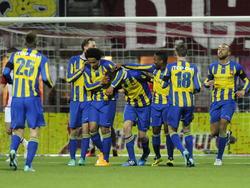 Met bijna het hele team viert FC Oss de 0-1 voorsprong op bezoek bij FC Emmen. (06-03-2015)