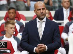Peter Bosz beleeft zijn officiële debuut als trainer van Ajax. De eindverantwoordelijke begint met een zwaar duel tegen PAOK Saloniki in de voorrondes van de Champions League. (26-07-2016)