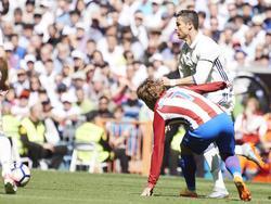 Cristiano Ronaldo (boven) troeft Antoine Griezmann (onder) af tijdens het competitieduel Real Madrid - Atlético Madrid (08-04-2017).