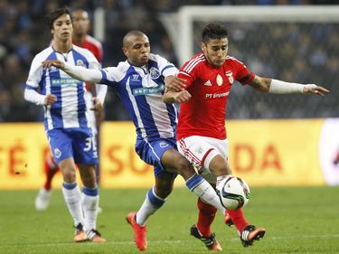 Portos Yacine Brahimi (l.) und Benficas Eduardo Salvio kämppfen um Ball und Meisterschaft