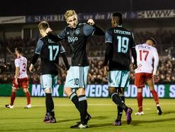 Donny van de Beek (m.) vindt in Werkendam een aantal Ajax-fans. Hij viert samen met de uitsupporters de 0-3 tegen Kozakken Boys. (26-10-2016)