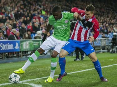 Nicolas Isimat-Mirin (izq.) protege el cuero ante el atlético Kevin Gameiro. (Foto: Imago)