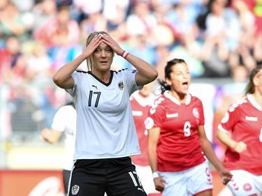 Sarah Puntigam jaagt haar strafschop over het doel, waar de Deense dames blij van worden. (03-8-2017)