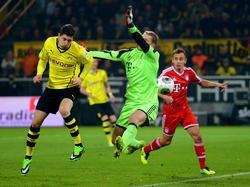 Manuel neuer wirft sich gegen Dortmunds Lewandowski mit vollem Risiko in den Ball
