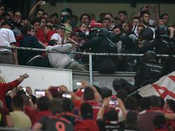 Die spanische Polizei schlug auf Fans ein