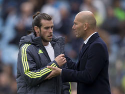 Bale y Zidane conversan en una imagen de archivo. (Foto: Getty)