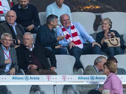 Uli Hoeneß (roter Schal, mittig) lobt den 1. FC Köln