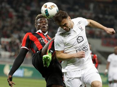 Nice-Star Balotelli im Zweikampf