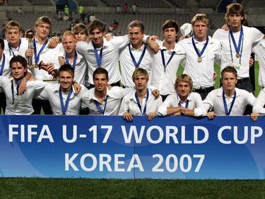Toni Kroos (izq.) -con el trofeo- ganó el Mundial con la Sub-17 alemana en 2007. (Foto: Getty)
