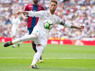 Ramos remata de volea en el duelo liguero ante al Levante. (Foto: Getty)