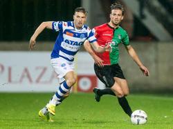 Alexander Bannink (l.) ontdoet zich van Christian Santos (r.) tijdens het competitieduel NEC Nijmegen - De Graafschap. (07-11-2015)