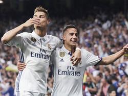 Cristiano Ronaldo (l.) viert één van zijn drie treffers met Lucas Vázquez (r.) tijdens het Champions League-duel Real Madrid - Atlético Madrid (03-05-2017).