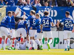 Die Spieler des SV Darmstadt 98 feiern mit ihren Fans