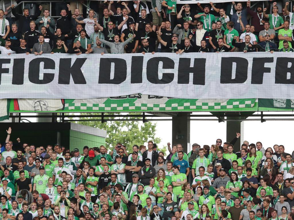 Die Fans des VfL Wolfsburg wollen ihr Team zu Beginn der Partie nicht unterstützen