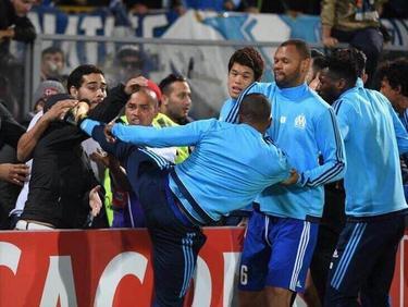 Nach einem Tritt gegen einen Fan sieht Patrice Evra vor dem Europa-League-Spiel die Rote Karte