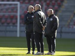 Arno Philips (l) kijkt samen met Cees Van der Linden en Eddy Pepels (r) toe op een training van PSV. (08-03-12)