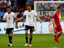 Nach dem Sieg dürfen Mesut Özil, Thomas Müller (v.l.) und Co. kurz abschalten