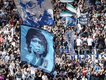 Aficionados del Nápoles con banderas recordando a Maradona. (Foto: Getty)