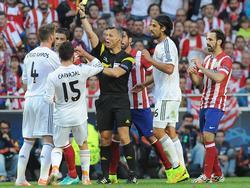 Bjorn Kuipers saca una tarjeta en la final del Real Madrid-Atlético. (Foto: Imago)