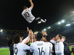Zum Abschluss ließen seine Mitspieler Podolski noch einmal hochleben