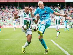 FC Groningen-speler Jarchinio Antonia (l.) in duel met Feyenoord-speler Lucas Woudenberg (r.). (07-08-2016)