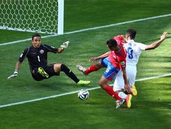 England fordert im WM-Gruppenspiel gegen Costa Rica Elfmeter. Aber der Schiedsrichter bewertet den Körpereinsatz von Oscar Duarte (m.) gegen Daniel Sturridge (r.) als regelkonform. (24.06.2014).