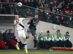 Kenny Tete (r.) gaat het kopduel met Adam Hloušek (l.) aan tijdens Legia Warschau - Ajax. (16-02-2017)