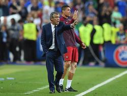 Fernando Santos (l.) ist von Ronaldos Unschuld überzeugt