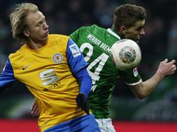 Bremens Nils Petersen (r.) und Braunschweigs Håvard Nielsen fighten um den Ball