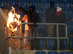 Sogenannte Fans verbrennen Banner im DFB-Pokalspiel zwischen Rostock und Hertha