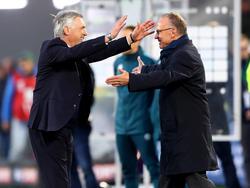 Karl-Heinz Rummenigge (r.) gratuliert Carlo Ancelotti zum ersten Titelgewinn in Deutschland