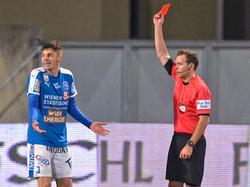 Schiedsrichter Helmut Trattnig zeigt Christian Deutschmann Rot