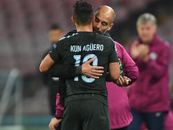 Agüero se abraza con Guardiola en un duelo de UCL contra el Nápoles. (Foto: Getty)