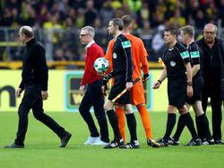 Kölns Coach Peter Stöger (2.v.l.) war nach dem Spielende mächtig angefressen