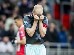 Ajax-aanvoeder Davy Klaassen verbergt zijn teleurstelling in zijn shirt. De Amsterdammers komen in de eerste helft op achterstand tegen PSV. (23-04-2017)