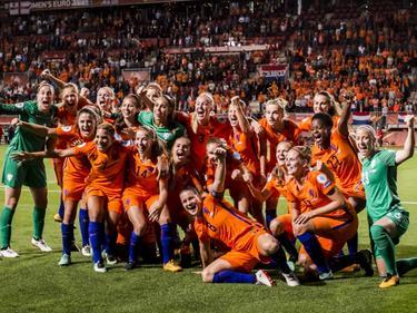 De OranjeLeeuwinnen verslaan Engeland met 3-0 en gaan naar de finale van het WEURO2017. De speelsters zijn daar dolblij mee. (03-08-2017)