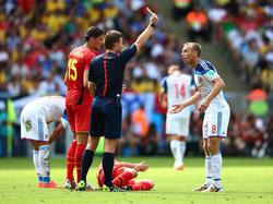 Dr. Felix Brych (m.) übersah im Spiel Belgien vs. Russland ein elfmeterwürdiges Foul