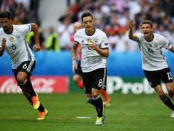 Die Nationalspieler um Mesut Özil (M.) kassieren 50.000 Euro für den Viertelfinaleinzug