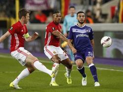 Zlatan Ibrahimović (r.), Rubén (l.) en Ivan Obradović (m.) volgen de bal. (13-04-2017)