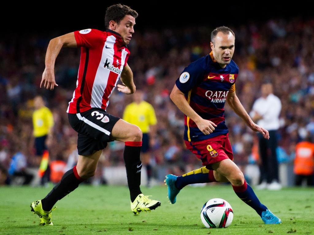 Elustondo intenta arrebatarle el cuero a Andrés Iniesta. (Foto: Getty)