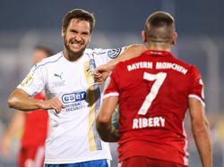 Matthias Kühne zeigt Ribéry an, dass sein Einsatz etwas zu hart war