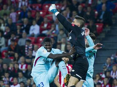 Kepa sale de puños ante Umtiti del FC Barcelona. (Foto: Getty)