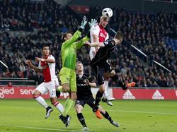 Mike van der Hoorn (m.) torent boven iedereen uit tijdens Ajax - Heracles Almelo, maar de mandekker krijgt de bal niet op doel. (26-01-2016)