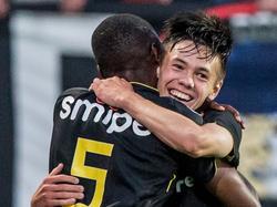 Mitchell van Bergen kent een prachtig debuut voor Vitesse. Hier viert de pas zestienjarige de 3-0 voor de Arnhemmers tegen Willem II met Kelvin Leerdam. (06-08-2016)